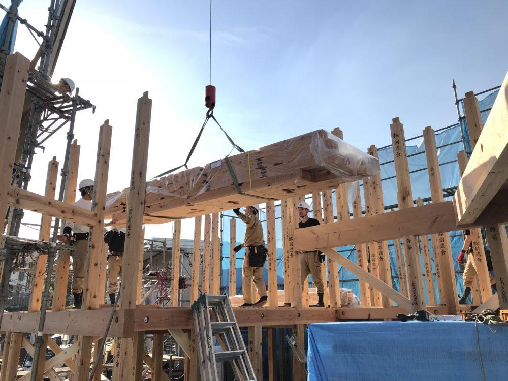 上井戸大工の指示のもと構造材を搬入